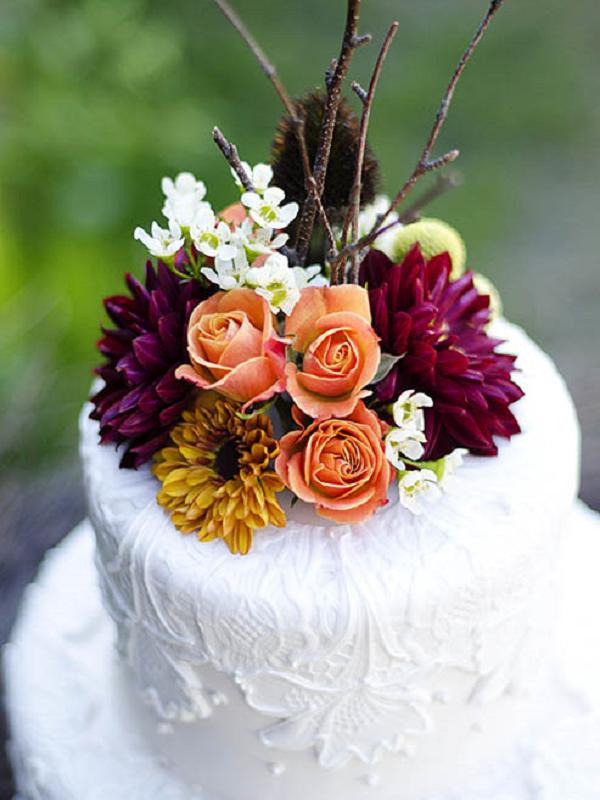 Ein Bund fürs Leben: Blumen krönen die Hochzeitstorte - Tollwasblumenmachen.de